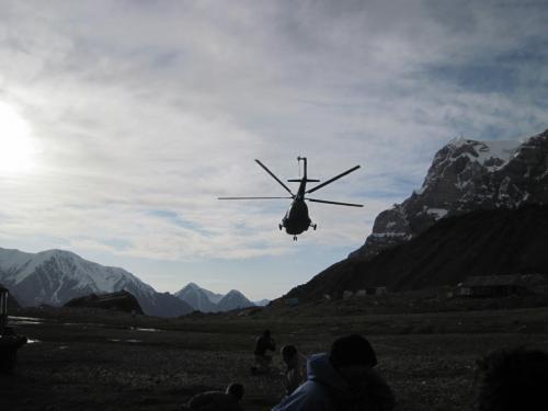 Вертолет взлетает с поляны Москвина