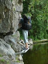 Подход под скалы по мостику располагает к разминке перед лазанием
